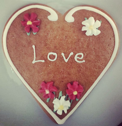 "Picture of Real Salzburger Lebkuchenherz - Lebkuchen Hearts with ""Love"" writing (12cm)"